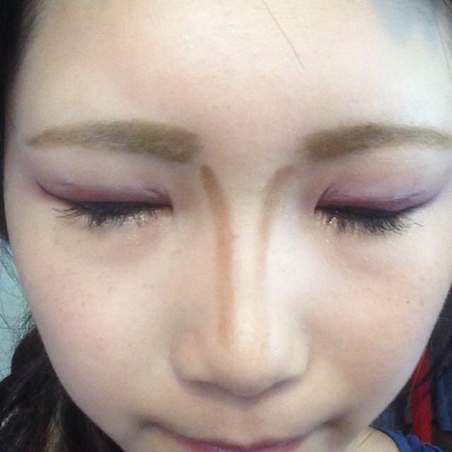 眉頭の下から鼻筋にそってブラウンをひきます
