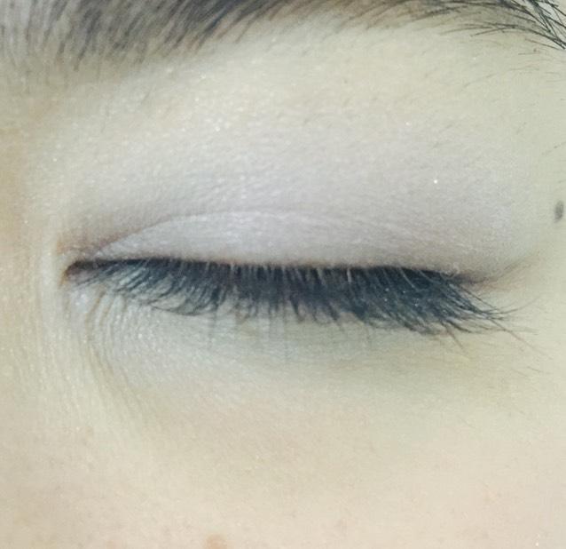アイホール全体と下瞼全体に薄いブルー