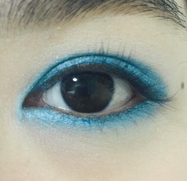アイシャドウペンシル/ブルーで目の周りを囲む