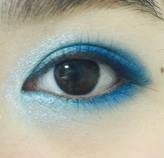上下の目尻側から黒目のところまで濃いブルー