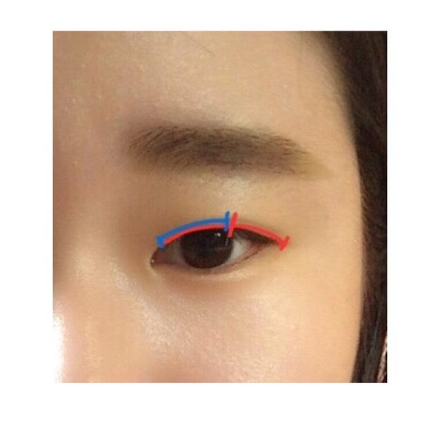 ①の濃いブラウンを全体に塗り、目尻側を濃く塗ります。そして②の薄いブラウンを目頭側に載せグラデーションします。