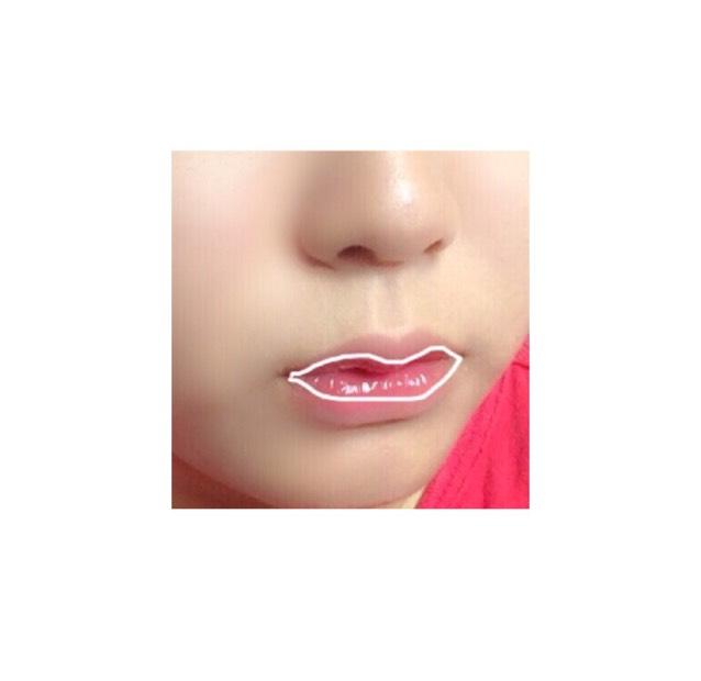 白いペンで囲ってある部分にちふれの口紅に軽くつけて指で伸ばし、最後にキャンメイクのラップリップを塗り馴染ませます。