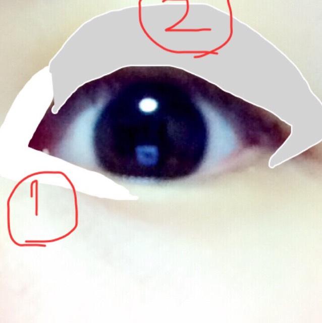 ①ハイライトで使ったシャドウを目頭1/3に濃く入れる ②前の写真の2番をアイホール全体にぼかしながら入れる