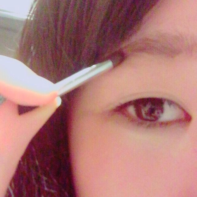 眉毛は描くのが苦手なので、元の形を整えるようにしています。 なのでとりあえずアイブロウで埋めます。