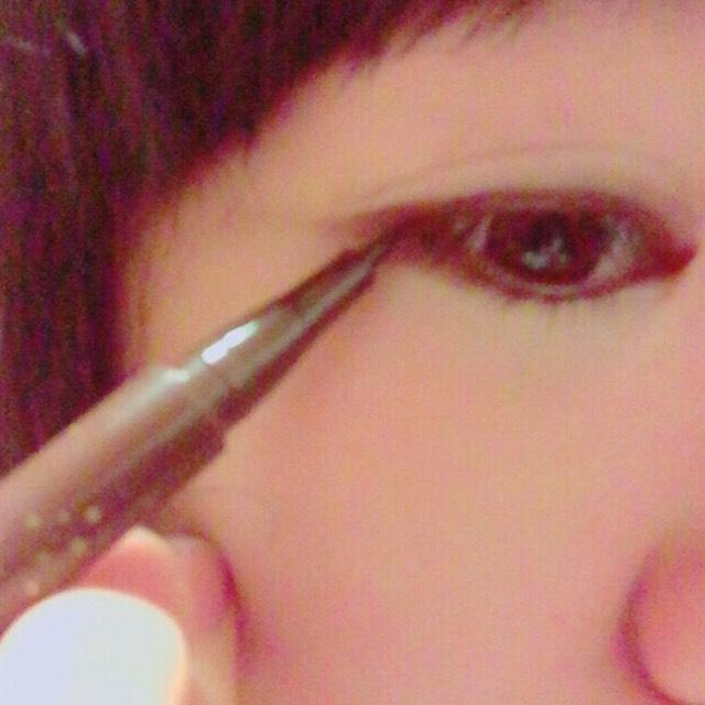 アイラインを引きます。 目からはちょっとはみ出して、目のラインの延長のような感じで引きます。