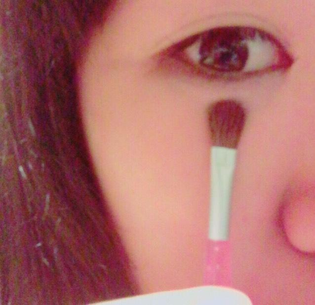 涙袋に当たる目の下に薄いピンクのシャドウをのせる。 わりと全体にぬっちゃう。