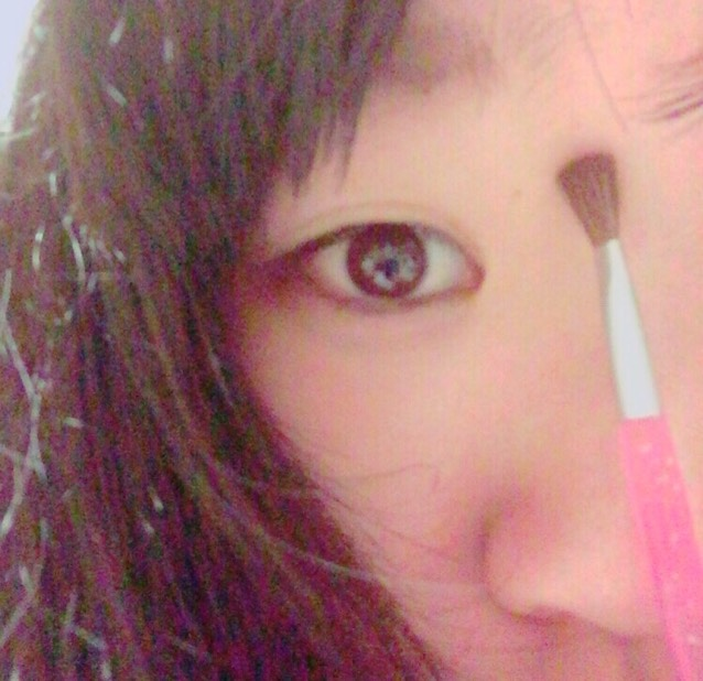 眉毛の延長で鼻の影を描く。 薄く薄く、綿棒でぼかすとgood!