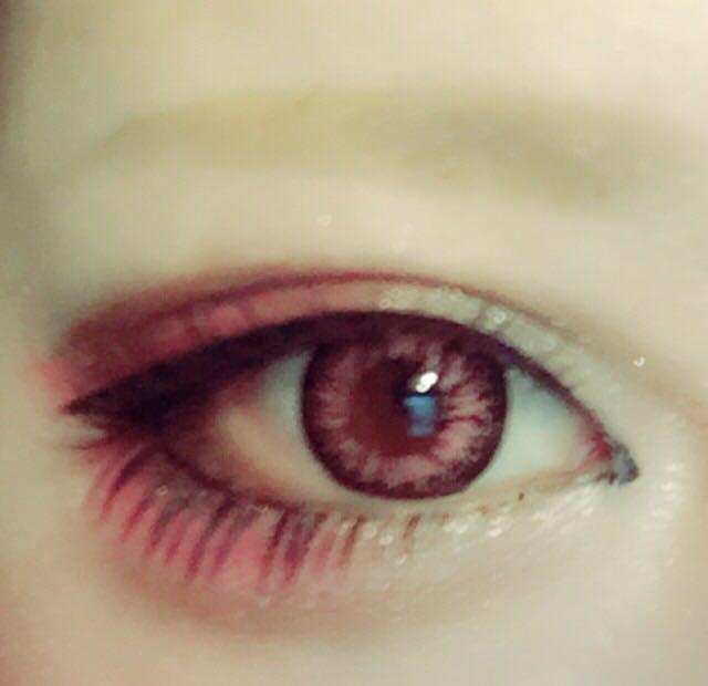 マジョマジョのピンクシャドーを二重幅目尻側にアイラインに沿って長めにシュッと。 下瞼にも目尻側から黒目の真ん中あたりまでたっぷり。(下まつげをつけても目立つくらい広めに濃く塗る。)