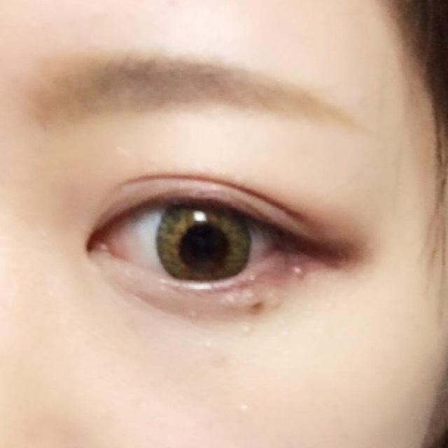 下瞼の目尻側3分の1に主役カラーであるボルドーをいれます。 下瞼全体にいれるとモード感が強くなります!