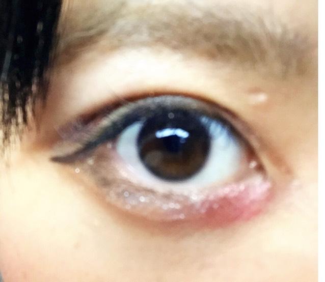 青線の赤シャドウ(チークでも)を目頭にぬります。下瞼のアイラインは少し外れて下まつげを描き、ラメライナーで涙袋のプックリさせたいところをのせ涙袋の影をアイブロウパウダーで描きます。