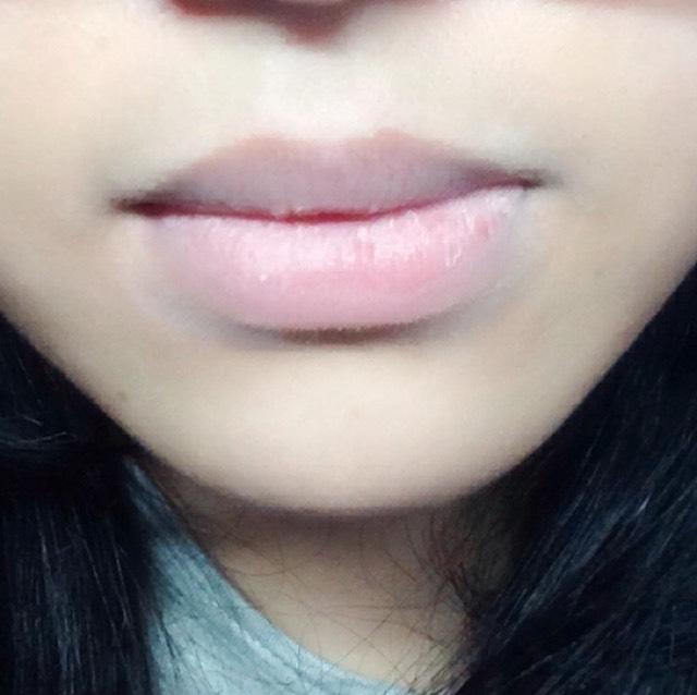 ファンデーションで唇の色を消します、唇用のコンシーラーでも可