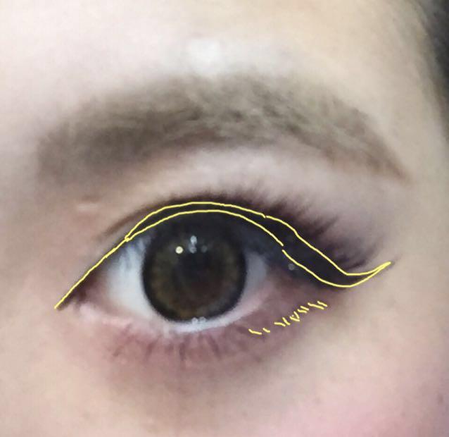 アイラインは目尻から5〜7mmほどオーバーに少し引き上げ引きます。 切開ラインは目頭の上のみ引きます。 下瞼に下まつげを目から少しずらして描きます。