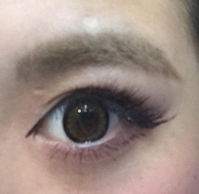 目頭から黒目まで下まつげを長く、タップリマスカラをぬります。それ以外のまつげは軽くぬります。 眉毛はいつもよりも長く描き、眉マスカラで色を消します。