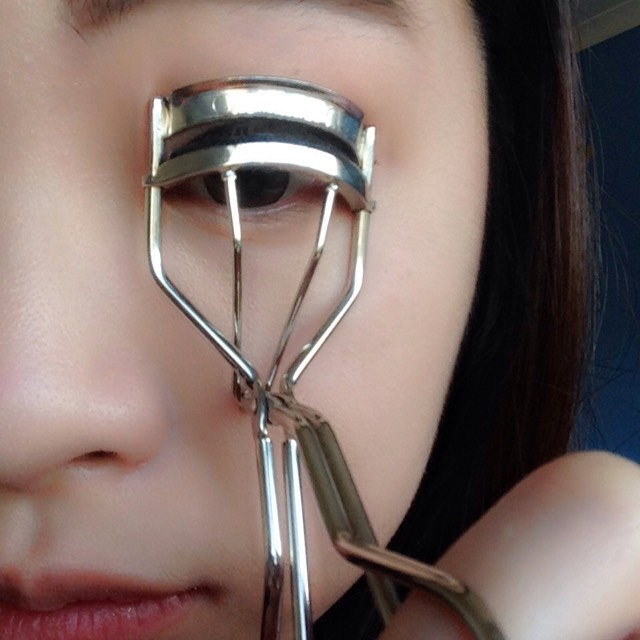 Use your favourite eyelash curler to curl your eyelash.