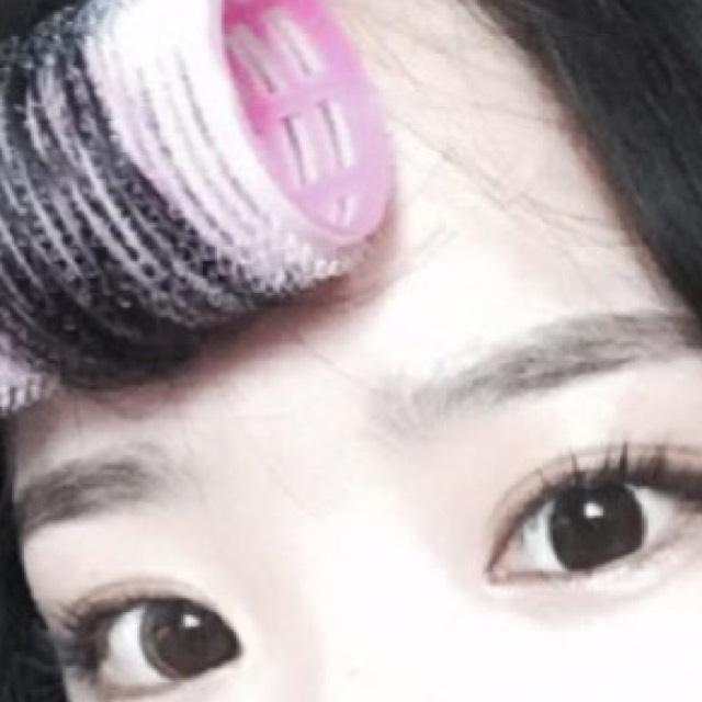 次に眉毛ですね 。 韓国の方は眉毛が平行で優しい印象の感じです。 この時に2つのポイントがあります。1つは、長く、太く描くこと。2つ目は、眉頭をぼかします。 ブラウンアイシャドウなどでも可能ですよ。