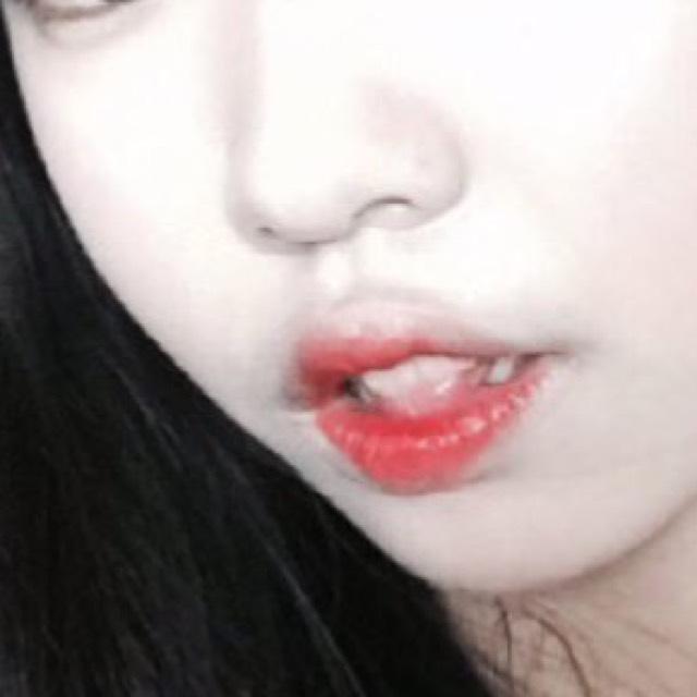 次は、口紅です。 韓国の方は全体に塗りません。内側から赤みのあるグラデーションですね。