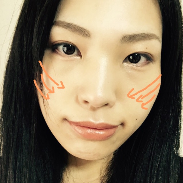 レブロンのハイライター上2色だけをチークブラシに含ませて上の矢印から順に塗ります。上の矢印は頬骨から鼻の穴に向かって段々ブラシを肌から離していくイメージでブラシを動かして一番上が濃くなるようにグラデーションを作ります。