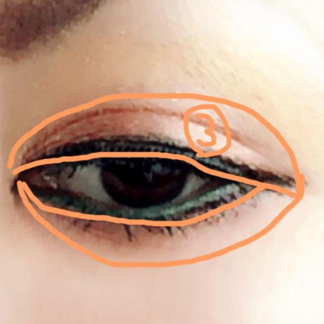 更に小さめに明るめのブラウン系をのせる  上瞼と同じくらいの幅で下瞼にもブラウン系をのせる