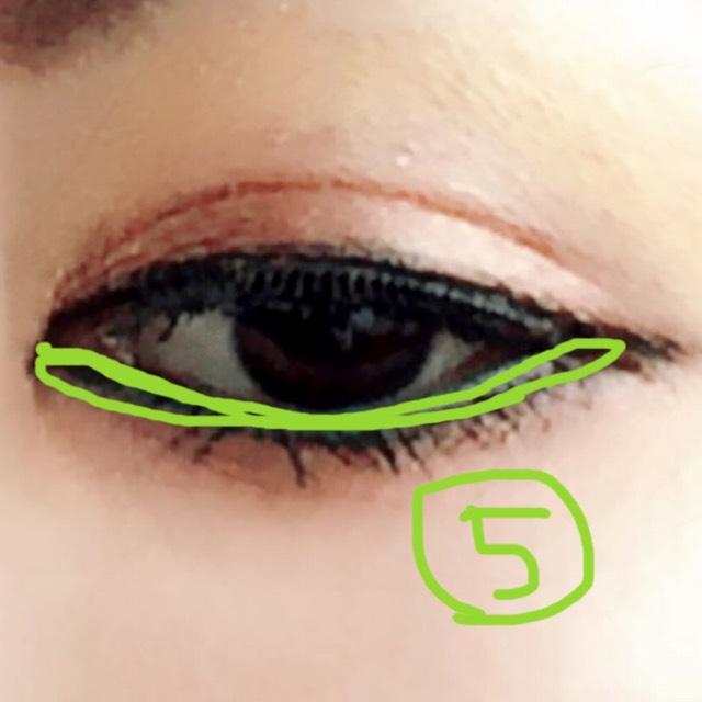 下の睫毛の際にラメ入りのライトグリーンをのせるとエスニック系の彩りが出ます