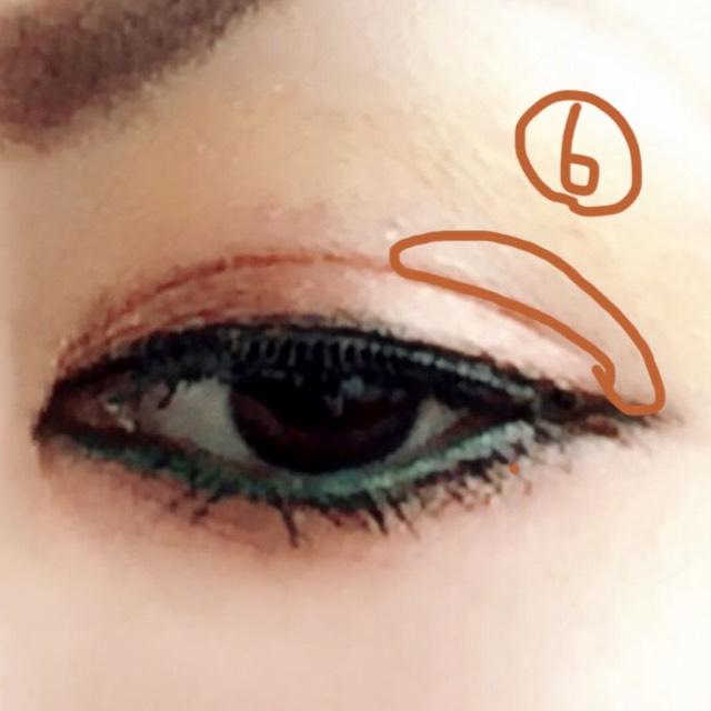 バランスを見て、目尻側の二重の重なる部分にだけ③と④の中間くらいのブラウン系で影をつける (なくてもいいけど、あると陰影がついて彫りが出来ます)