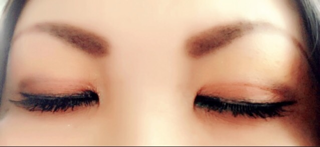 睫毛の際にジェルタイプのアイラインをひいて、マスカラを塗り、シンプルなつけまつげを付けたら完成!