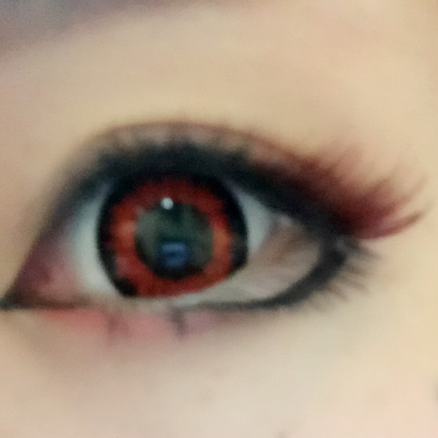 涙袋の幅に真っ赤なルージュをカラーシャドウの代用で使います。 目頭をハイライトでぼかし、目尻側を濃い茶色でぼかし馴染ませます。
