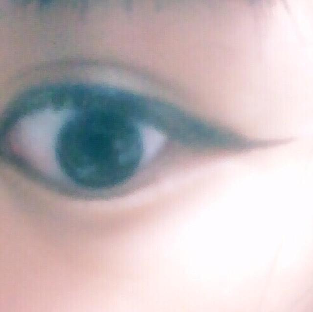 好きな色のペンシルアイライナーで目の際を塗っていく