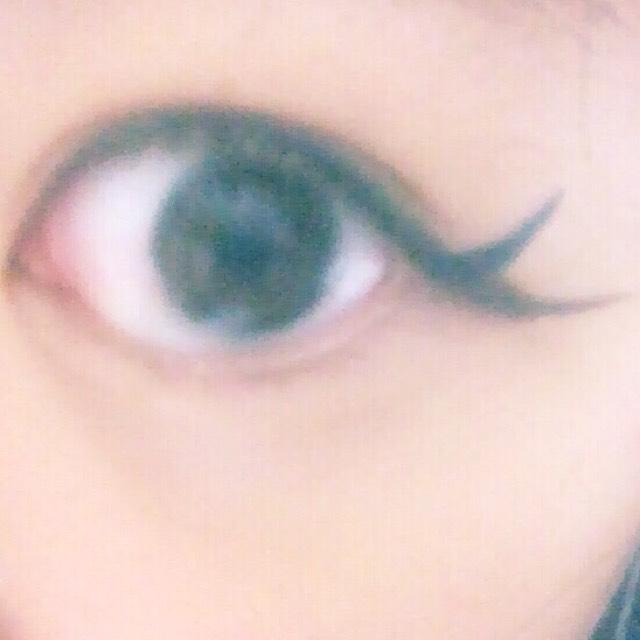 最初に引いたアイライナーからずらして目の際にいれたアイラインと同じ色のアイライナーでラインを引きます