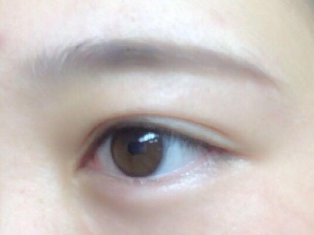 自分の眉の形に合わせ、ペンシルでくっきりと眉尻を描く!