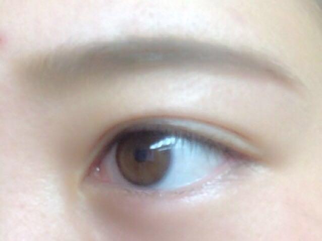 眉マスカラで毛並みを整え、全体に色をなじませる。眉マスカラはアッシュがオススメ