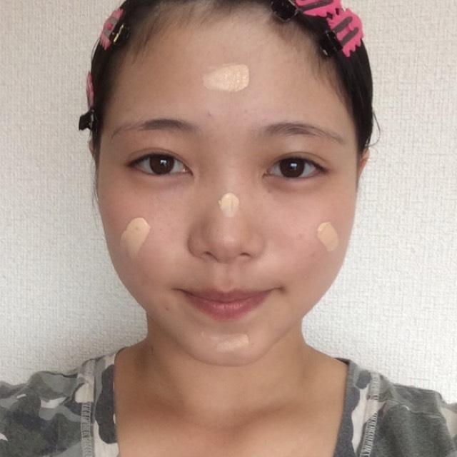 BBクリームを5つのポイント(右頬、左頬、額、鼻、アゴ)に塊で置く。