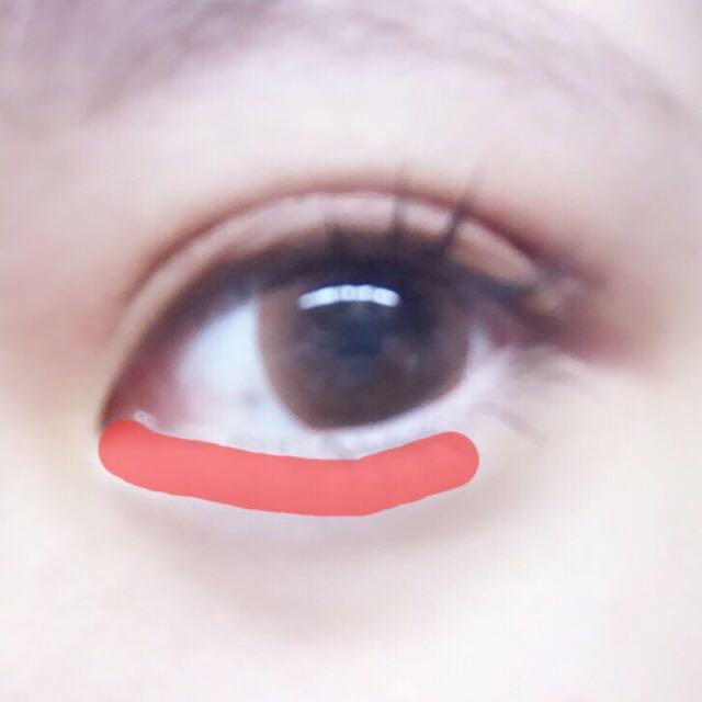 涙袋作り!! 白いシャドウを瞼にのせます。 ✴︎ポイント 全部にのせず、黒目の終わりくらいまでにするのが◎