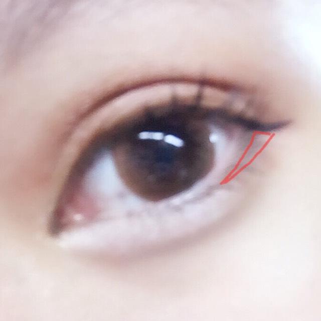 ダイソーのシャドウを下瞼の端にいれてぼかします。