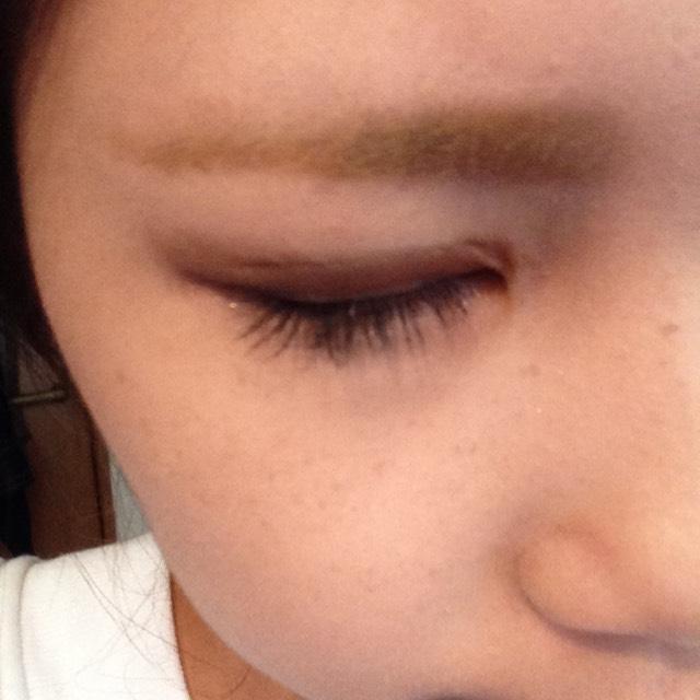 眉マスカラで眉毛を塗ります