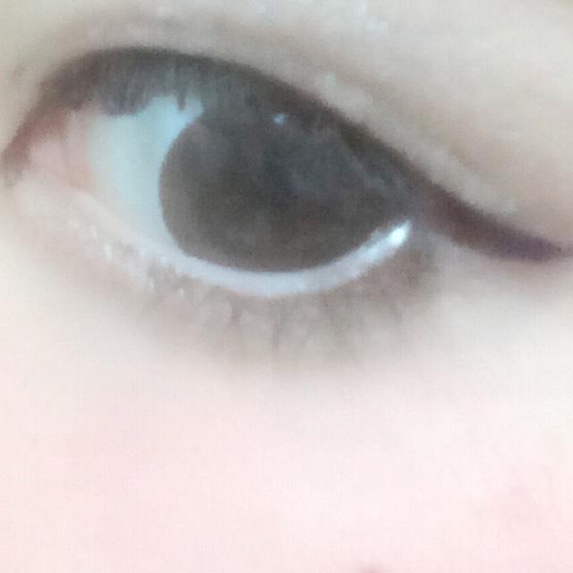 1.私の場合、目が不安定なのでアイプチを5重にして一重にならないように塗ります。そうするとあまり取れないです。まぶたが重い方はオススメ。