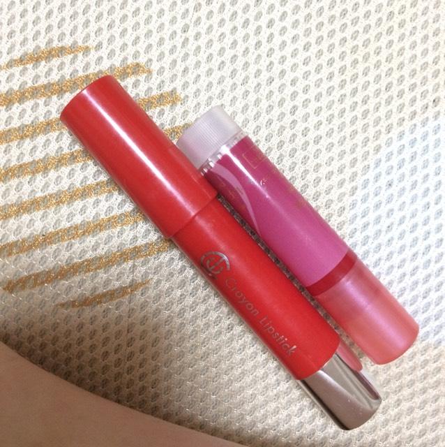 リップは、上のリップフォンデュを全体に塗り、下のクレヨンリップ(100均)を唇の輪郭を囲むように塗る。そのあと、クレヨンリップは唇の真ん中もちょんちょんって塗ります。