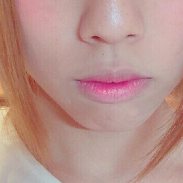 唇はコンシーラーで色を薄くして ピンク系の口紅を薄くつけて、唇の中心を赤で塗りグラデーションにしました