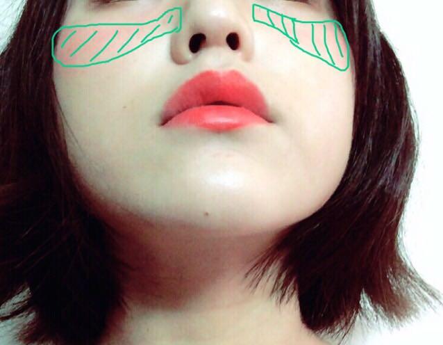 チークを塗る範囲は、少し顎を上げたときに緑線の範囲にぬるとハーフっぽくなります。 リップは濃い色を選びます。