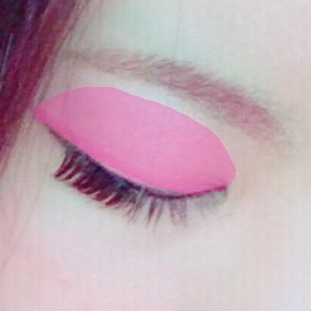 Diorの淡いピンクをアイホール全体にオーバーめに塗ります。