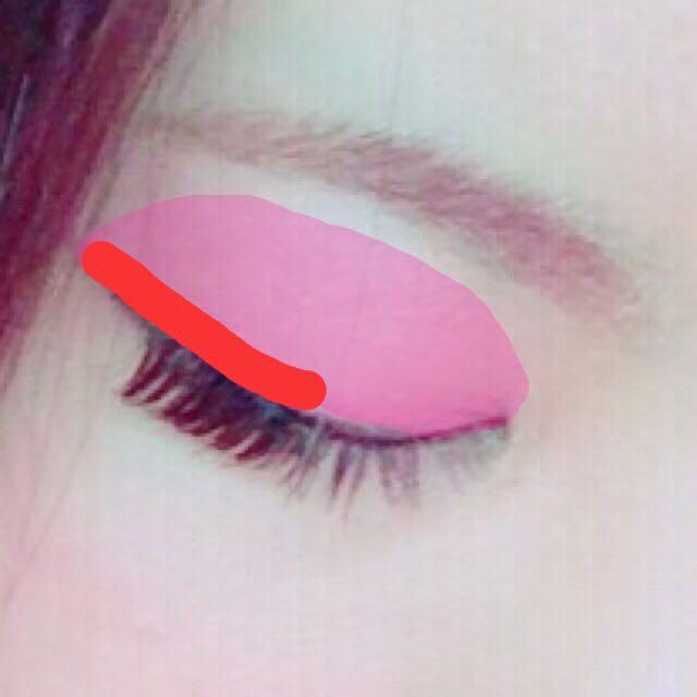 マジョマジョの赤をオーバーめに目尻側ふたえ幅に塗ります。  境目は色が野暮ったくならない程度にぼかしてください♡