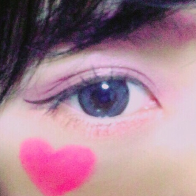 下瞼にはオレンジ。目頭から目尻まで。