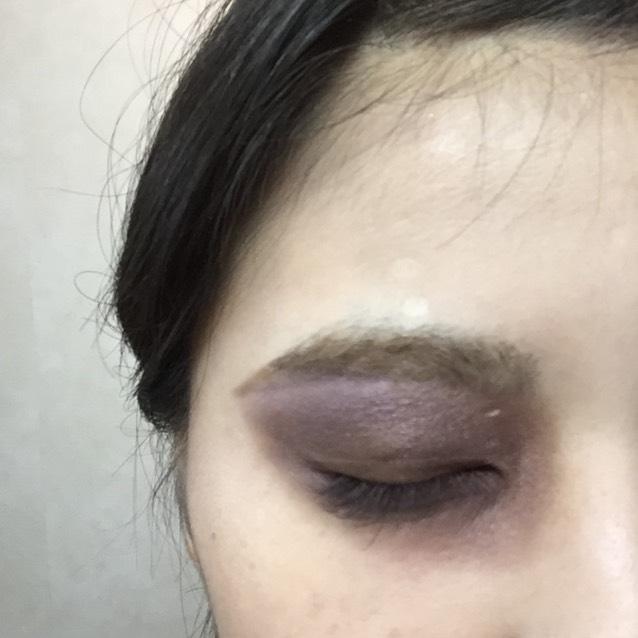 濃い紫のアイシャドウで大きく三角形をイメージしてぬります。眉毛もアイシャドウの端と揃えて長めに描きます