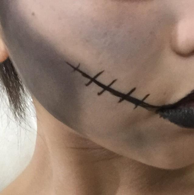 黒いアイシャドウで頬骨の下をぬり、アイライナーで口裂けのラインをかきます。 黒いリップを塗って完成です。