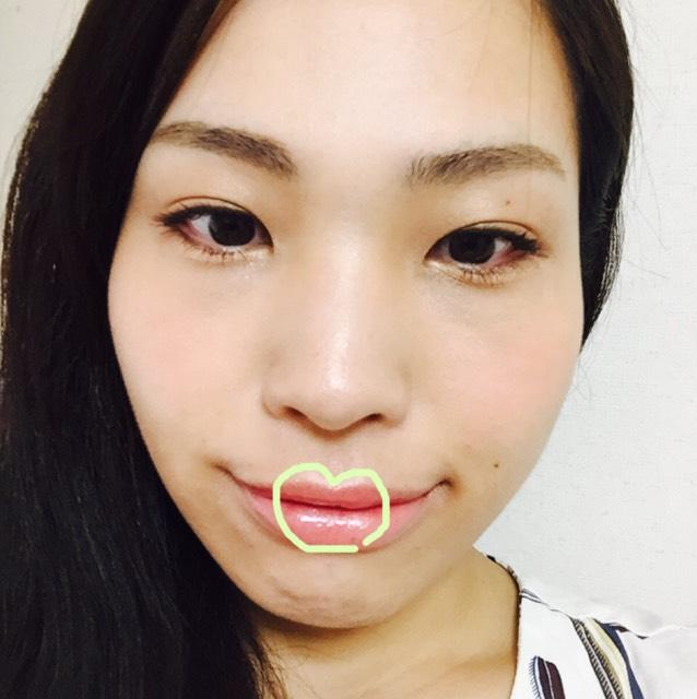 MACリップをラフに全体に塗り、発色したところで、図の唇の山からのハートマーク部分にぷっくりさせるエテュセ唇用美容液を薄くつけます。