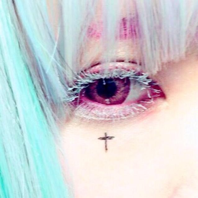 アルビノ擬メイク、ピンク眉