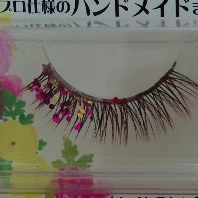 つけまつげのりでグリッターを貼り付ける。片目はピンクと黄色