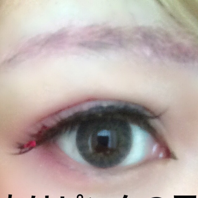 眉もピンクと青に塗る