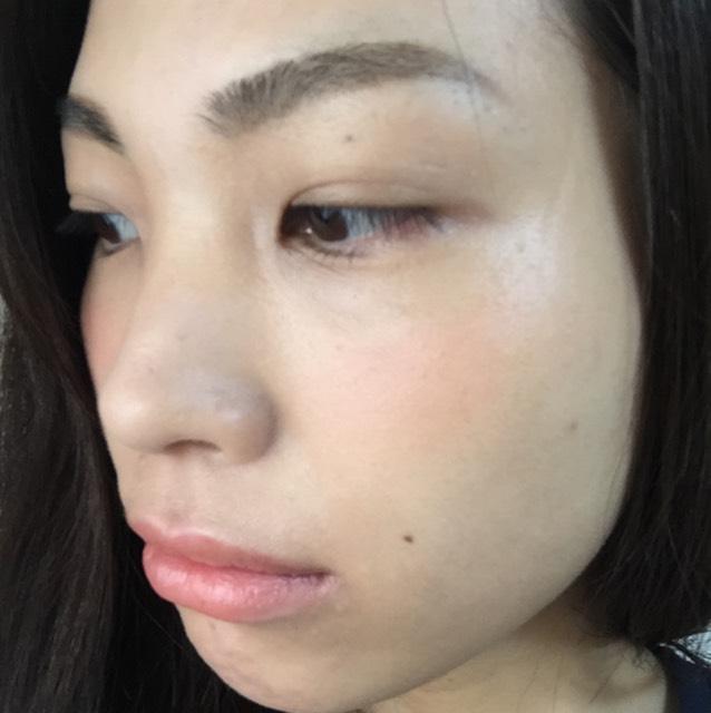 チークの仕上がりは、こんな感じで立体的に。リップは血色感がナチュラルに出るくらいまでラフに塗ります。眉はナチュラル眉にしています。