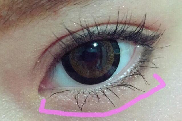 ビューラーをしてマスカラをします。  ビューラーは 睫毛をCカール状にしたあと、 根本を5~10秒程 ビューラーであげます。  根本を上げることにより より抜け感をみせます。  下睫毛はピンクの印の睫毛にたっぷりと じくざくにマスカラをします。  目頭の下睫毛を特に重点的に塗ります。  目頭睫毛をたっぷり塗ることによって 睫毛全体がより長く見えます。