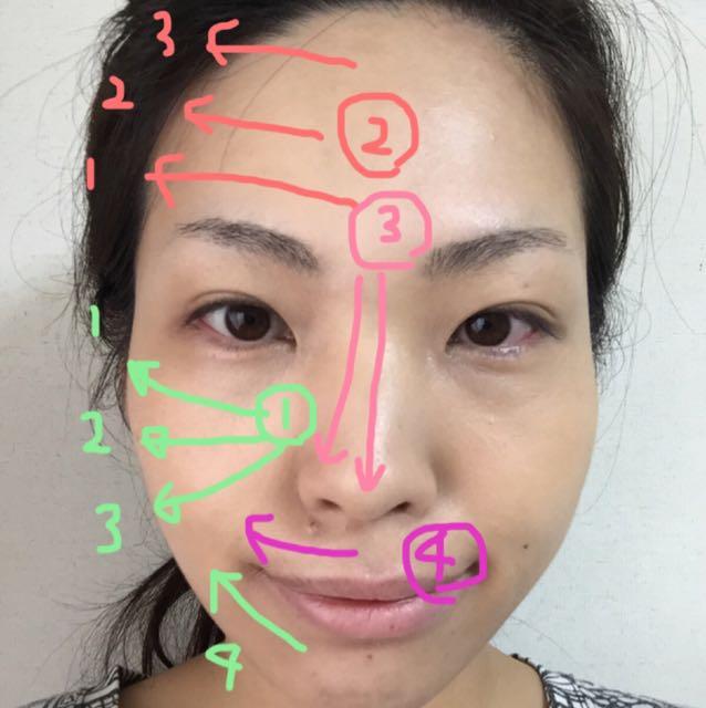 パフ半分1回分が半顔です。面積が広いところから塗ります。  最後にそのままパフに残ったファンデでコンシーラー部分を抑える